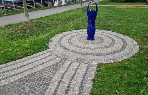 Neuer Trinkbrunnen mit Baumbewässerung
