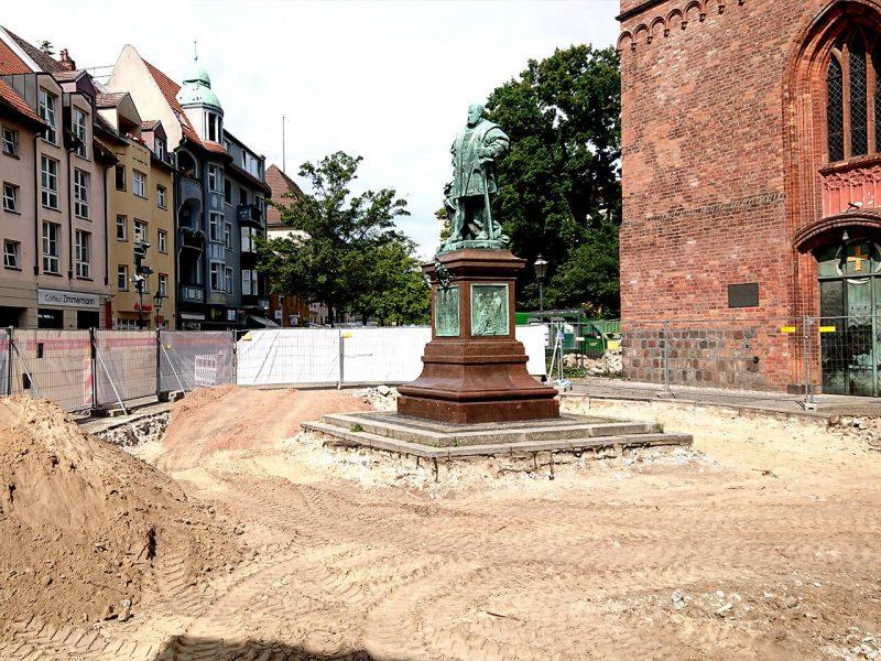 Statue/Baustelle Reformationsplatz